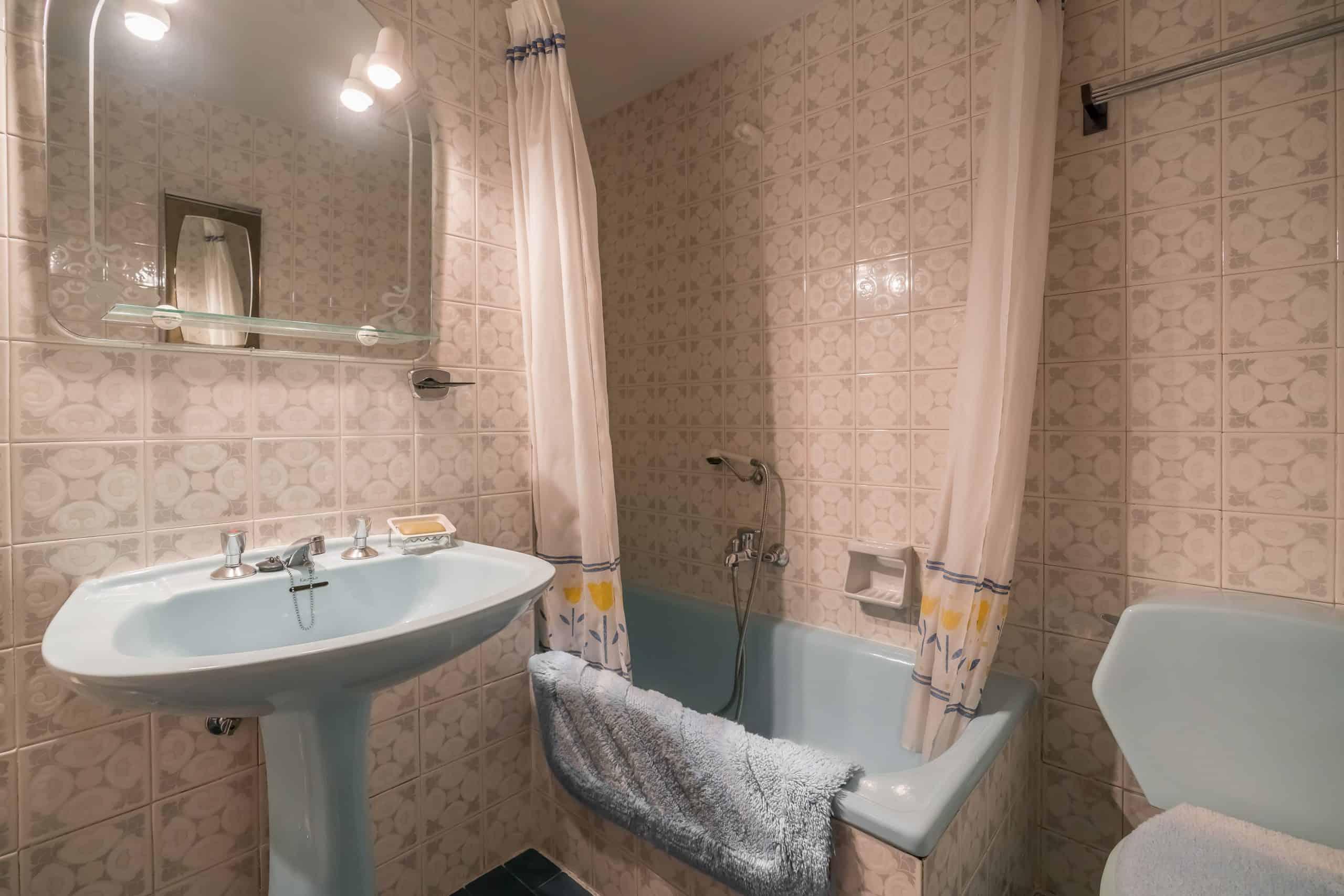 Agencia Inmobiliaria de Madrid-FUTUROCASA-Zona ARGANZUELA-EMBAJADORES-LEGAZPI -calle tomas borras- baño prinncipal
