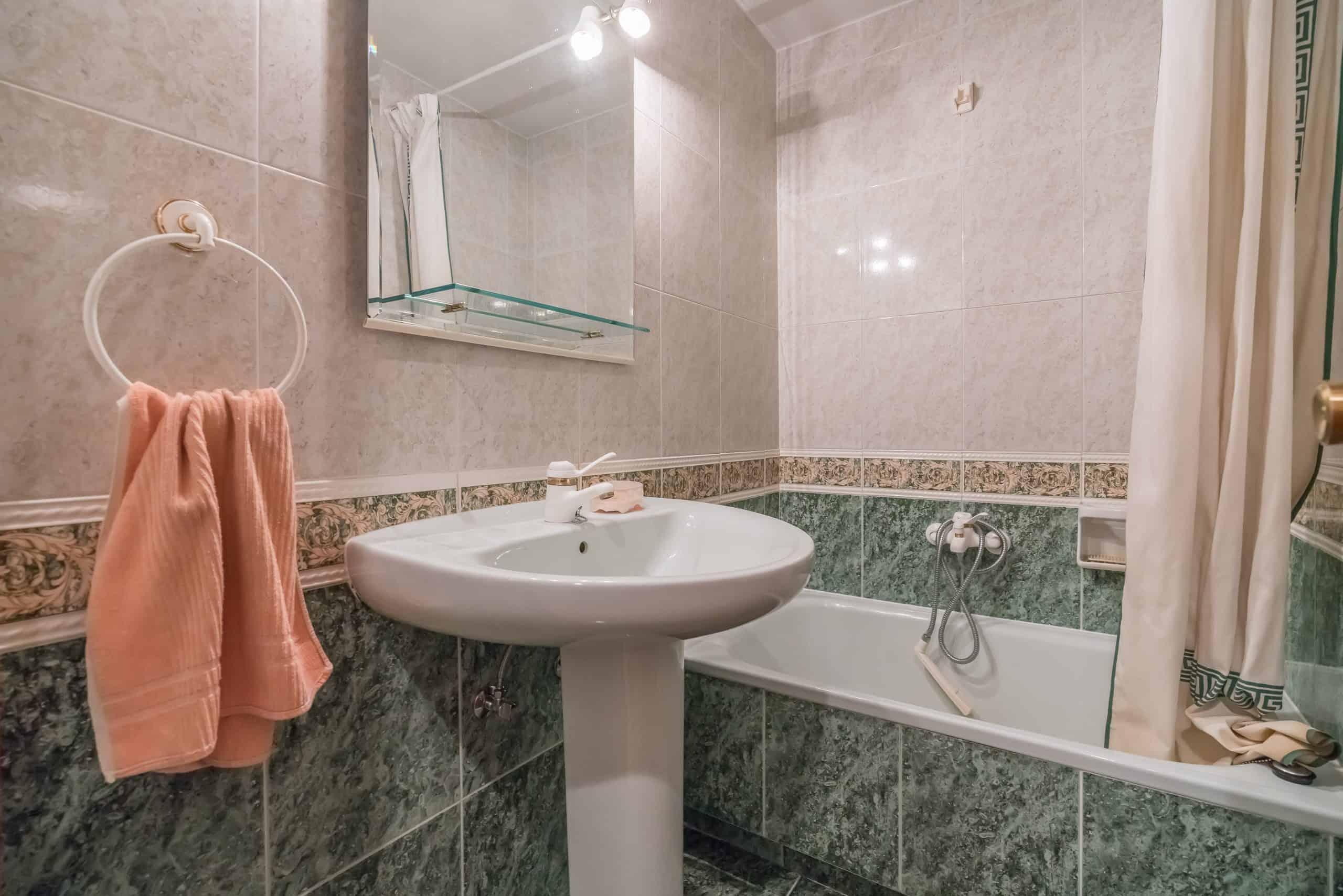 Agencia Inmobiliaria de Madrid-FUTUROCASA-Zona ARGANZUELA-EMBAJADORES-LEGAZPI -calle tomas borras- baño2