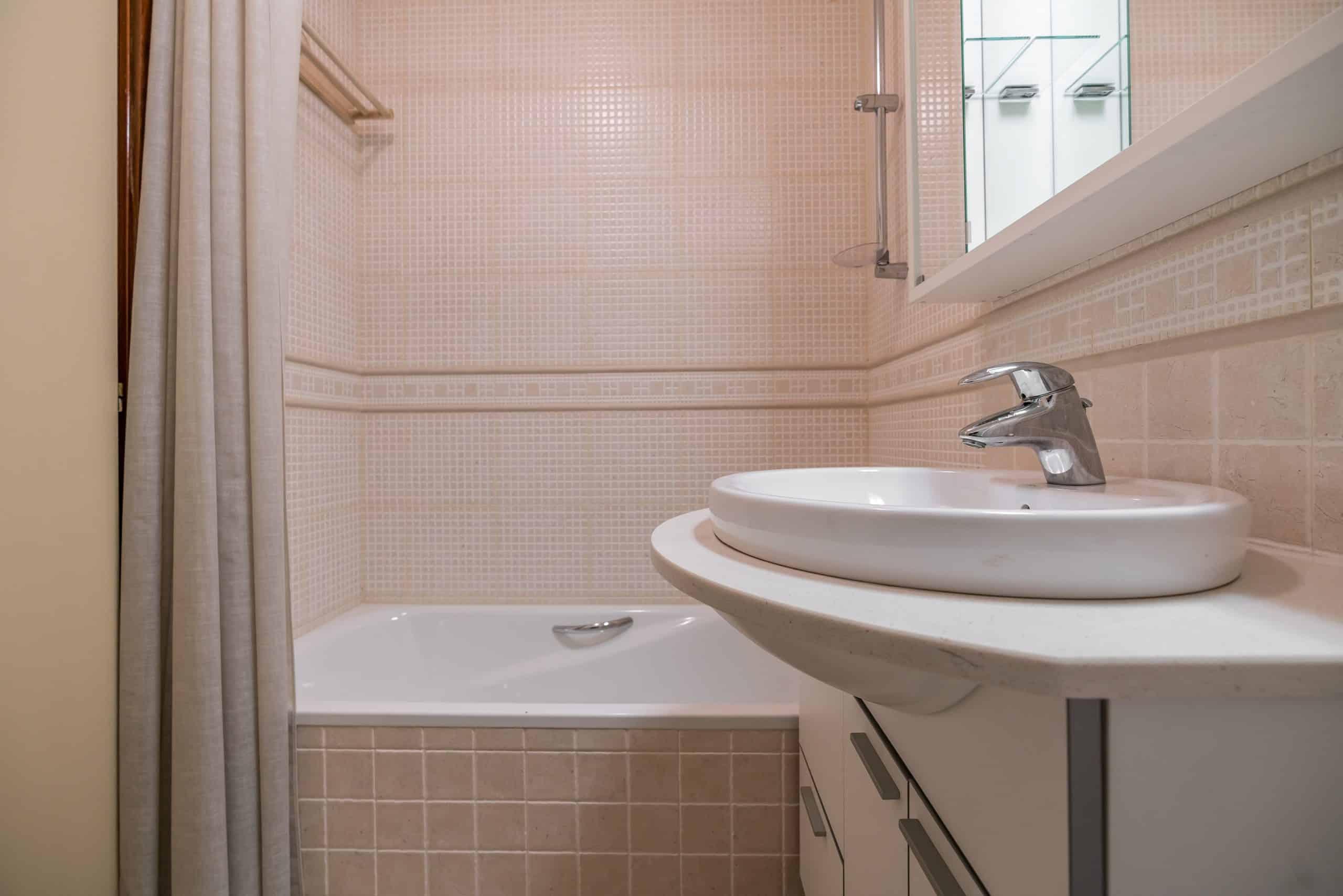 Agencia Inmobiliaria de Madrid-FUTUROCASA-Zona ARGANZUELA-EMBAJADORES-LEGAZPI -calle Embajadores- baño 136