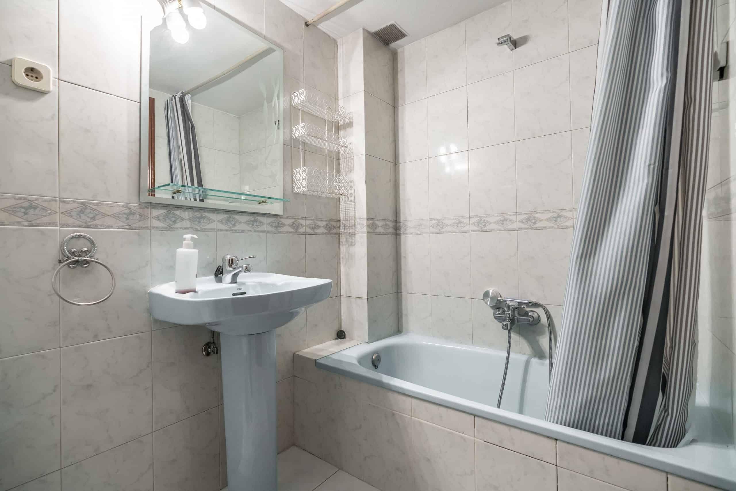 Agencia Inmobiliaria de Madrid-FUTUROCASA-Zona ARGANZUELA-LEGAZPI -calle Jaime Conquistador 48- Baño 3