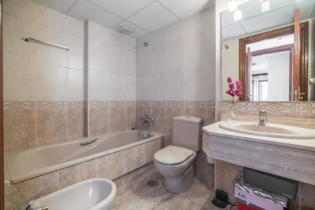 FUTUROCASA-Agencia Inmobiliaria de Madrid-Zona ARGANZUELA- Baño principal - copia