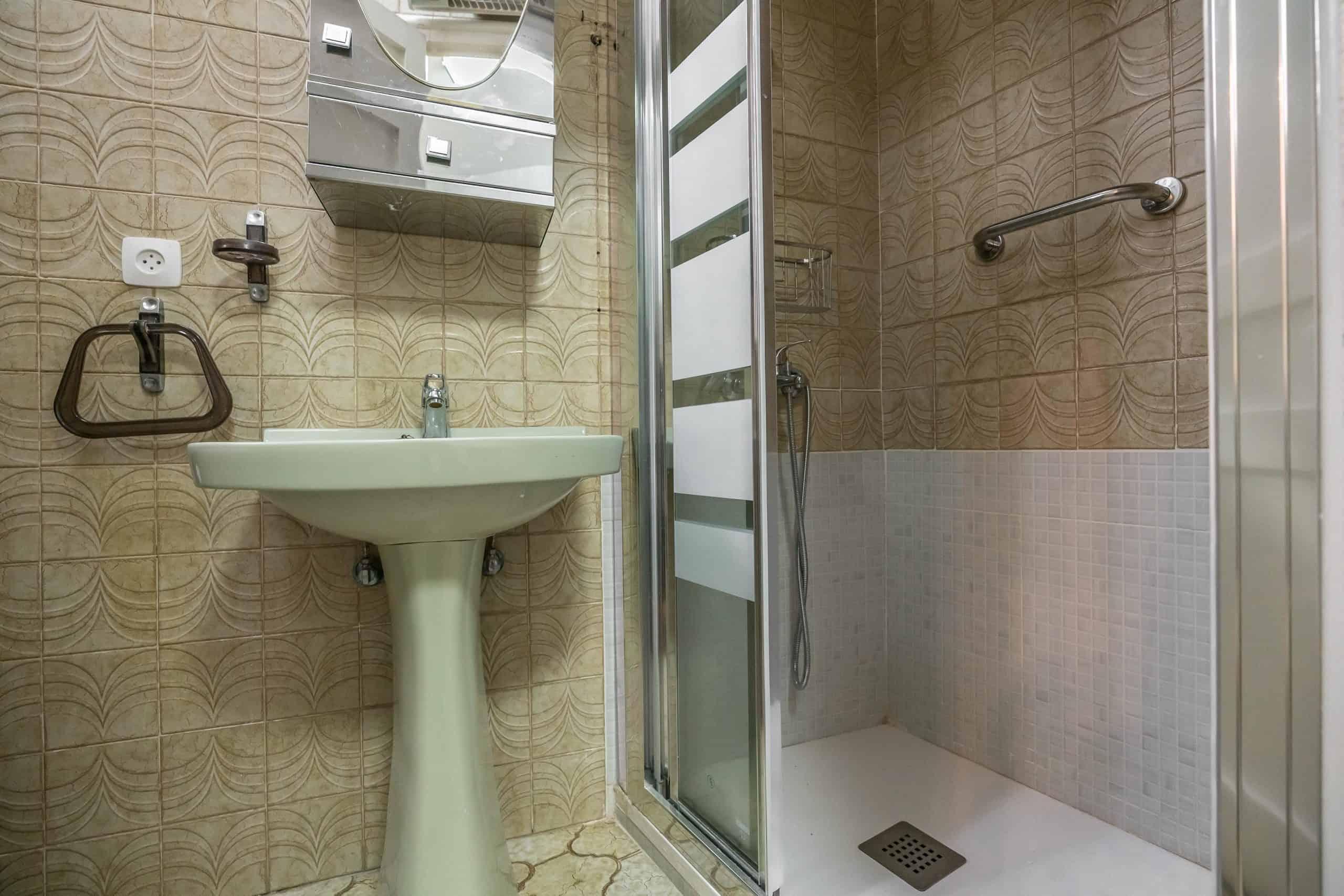 Agencia Inmobiliaria de Madrid-FUTUROCASA-Zona ARGANZUELA-EMBAJADORES-LEGAZPI -plaza General Vara del Rey- baño